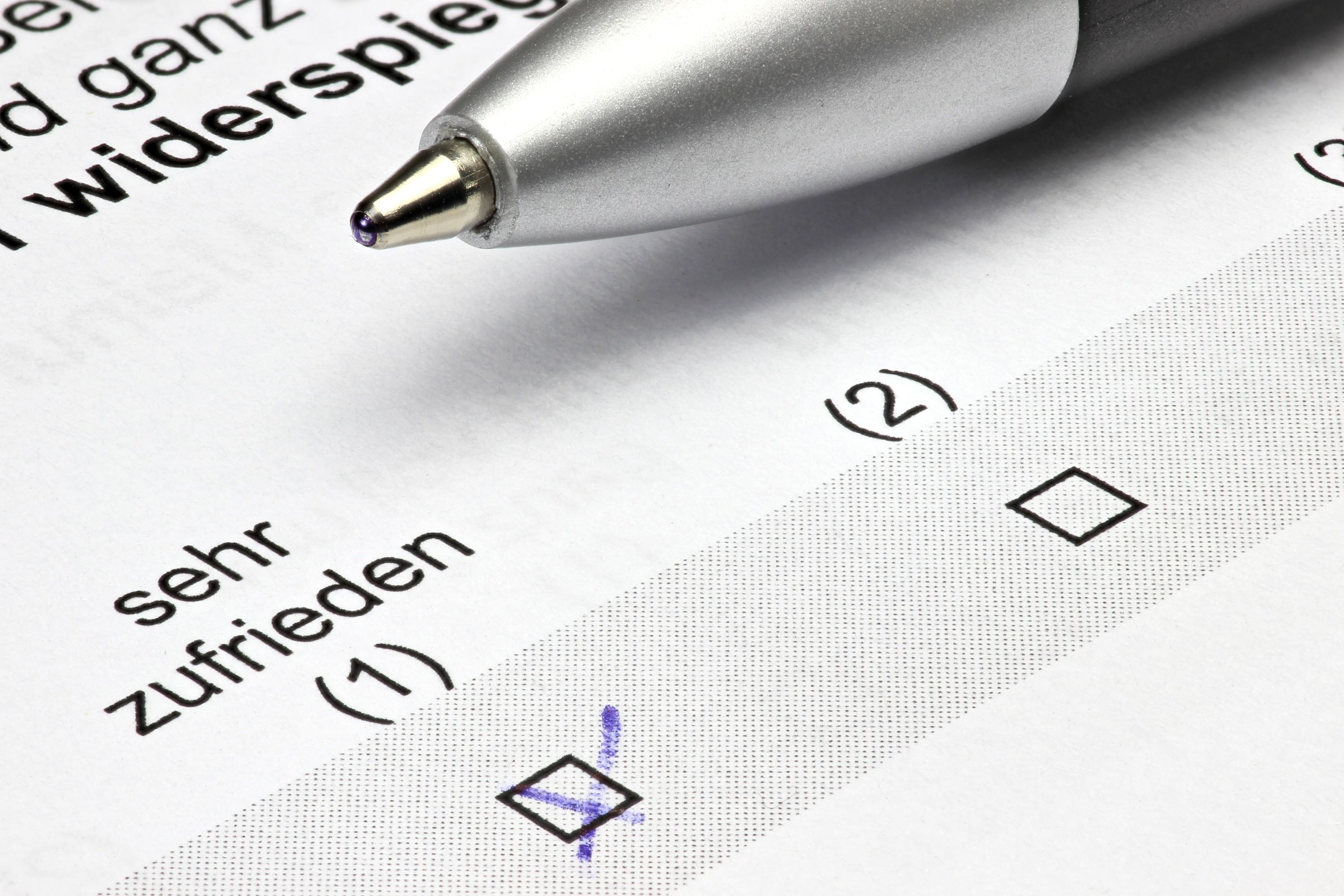 Fragebogen mit Kreuz bei sehr zufrieden