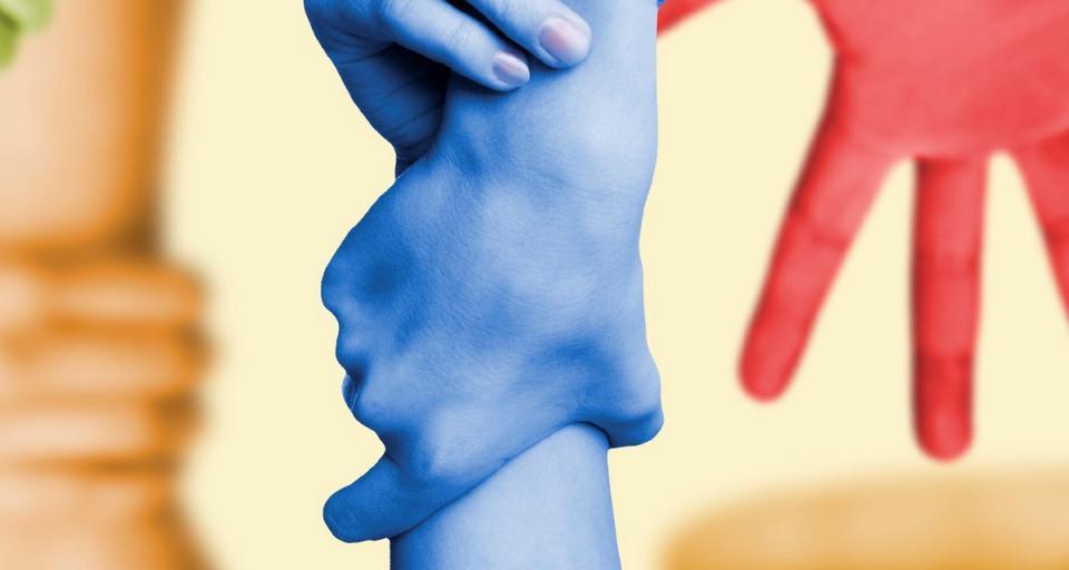 CONSCIE-Symbolbild für vertrauensvolle Unternehmensberatung (Hände greifen ineinander)
